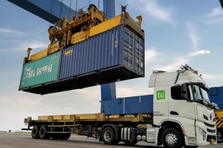 图森未来发布全球首个无人集卡车队港内测试视频
