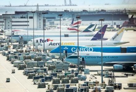"""香港机管局研""""智能机场"""" 无人驾驶牵引车已实地测试"""